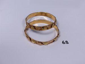 2 bracelets en or à décor de grappes de raisin (1 monture cassée, creux, fragiles). PB 28,6g