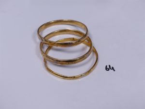 3 bracelets en or ornés de motifs bicolores (creux, fragiles, cabossés)(diamètre 7cm). PB 27,4g