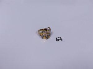 1 bague en or à décor floral ornée de petites pierres (1 chaton vide)(monture cabossée, Td57). PB 5,4g