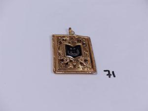 1 pendentif ouvragé en or orné d'un motif émaillé (recto/verso, cabossé, H4,8cm). PB 7,9g