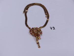 1 collier en or motif central à décor floral orné de petites pierres roses (L38cm). PB 14,1g