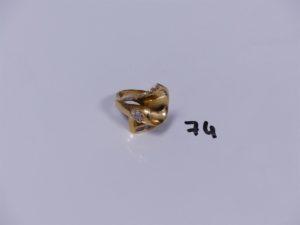 1 bague en or ornée de petites pierres blanches (Td54). PB 8,3g