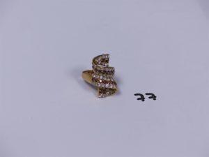 1 bague en or ornée de petites pierres blanches et ambrées (Td53). PB 4,8g