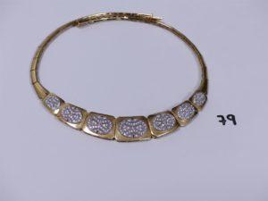 1 collier en or maille articulée motif central orné de pierres (diamètre 12,5cm). PB 44,1g