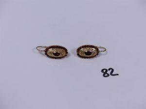 2 boucles en or ornées de pierres couleur grenat. PB 7,8g
