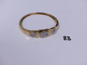 1 bracelet rigide articulé ouvrant en or motif central bicolore et orné de petites pierres (diamètre 5,5/6cm). PB 16,9g