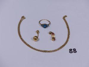 1 pendentif en or à décor de 3 dés ornés de petites pierres roses et blanches, 1 piercing en or, 1 bague en or ornée de 3 petites pierres bleues (Td56) 1 chaîne maille jaseron en or (L46cm). PB 8g