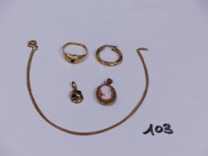 1 chaîne maille gourmette (L44cm), 2 pendentifs (1 ouvragé orné de petites pierres et 1 serti-griffes 1 camée), 1 créoleet 1 bague ornée de petites pierres (à redresser, td60). Le tout en or PB 9,7g