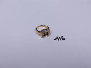 1 bague en or de forme carrée ornée de petites pierres entourage petits diamants (Td54). PB 6,9g