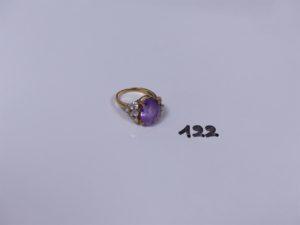 1 bague en or ornée d'une pierre violette et de petites pierres blanches (Td55). PB 6,2g