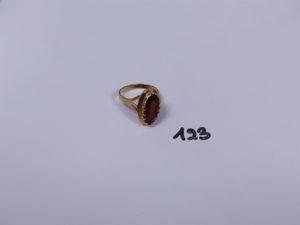 1 bague en or ornée d'une pierre ambrée (Td59). PB 5g