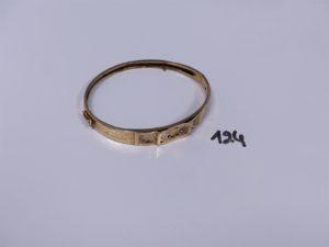 1 bracelet rigide ouvrant articulé en or, motif central à décor floral et orné de petites pierres (4 chatons vides, abimé, soudure bas titre en alliage 14K)(diamètre 5,5/6,5cm). PB 8,2g