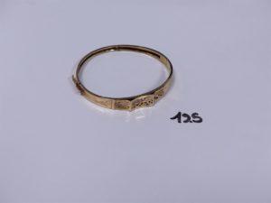 1 bracelet rigide articulé ouvrant en or, motif central à décor floral et orné de petites pierres (2 chatons vides, soudure en bas titre 14K et diamètre 5,5/6,5cm). PB 8,2g