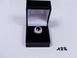 1 bague en or et platine centrée d'une pierre bleue marine entourage diamants TL brillant d'environ 1 carat le tout (Td57) PB 7,7g