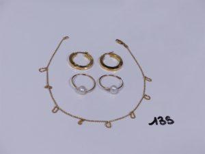 2 créoles cabossées en or, 2 boucles en or ornées d'une perle blanche, 1 bracelet de cheville en or (fragile, abîmé)(L26cm). PB 5,7g