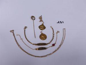 """1 Pendentif mickey en or, 1 épingle en or ornée de 2 petites perles, 2 médailles en or à décor d'un ange, 1 chaine fine en or (L40cm), 2 bracelets en or (1 gourmette gravée """"Julia"""", L14cm)(1 gourmette gravée """"Fabiola"""", L14cm). PB 14,5g"""