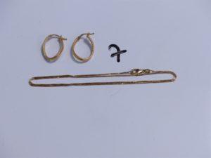 1 Chaîne en or maille carrée (L42cm) et 2 créoles en or granité. PB 4,1g
