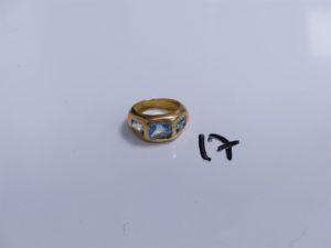 1 Bague en or ornée de 3 pierres bleues ciel (Td53). PB 11,8g