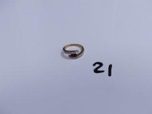 1 Bague en or ornée d'une pierre rouge et petits diamants (Td53). PB 4g