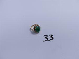 1 Bague en or ornée d'une grosse pierre verte entourée de petites pierres blanches (Td54). PB 4,7g