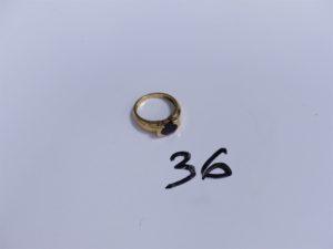 1 Bague en or ornée d'une pierre violette (petit choc sur la pierre, Td54). PB 5,3g