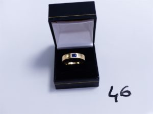 1 Bague en or ornée d'une petite pierre bleue (Td59). PB 14,1g