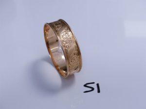 1 Bracelet en or large, rigide et ouvragé (Diamètre 7cm). PB 33,5g