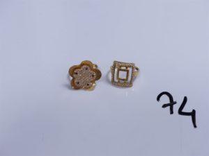 2 Bagues en or (1 ornée de petites pierres, Td56)(1 à décor floral orné de petites pierres, 2 chatons vides, Td56). PB 8,4g