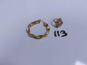 1 Bague en or ouvragée motif central cassé (monture à redresser, Td51) et 1 créole en or torsadée, cabossée. PB 4,5g