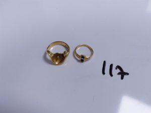 2 Bagues en or (1 ornée d'un petit diamant, chaton central vide, Td52)(1 ornée de petites pierres bleues épaulées de petits diamants, 1 chaton vide, Td46). PB 8,3g