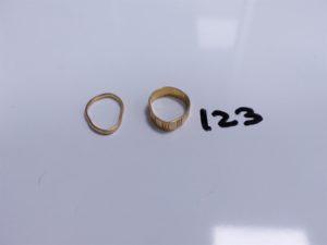 2 Alliance en or (1 lisse, monture à redresser)(1 ciselée, monture à redresser). PB 4,4g