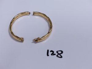 1 Bracelet en or rigide, ouvrant et ciselé, cassé (manque vis, Diamètre 7cm environ). PB 26,9g