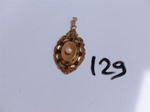 1 Pendentif en or réhaussée d'une perle entourée de petites pierres rouges. PB 5,7g