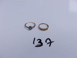 2 Bagues (1 en or ornée de petits diamants, Td55)(1 en alliage 9K réhaussée d'une pierre verte entourée de petits diamants, Td56). PB 3,3g