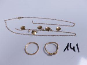 1 Alliance en or intérieur gravé (Td57); 1 bague en or à décor de 2 coeurs ornés de petits diamants (monture cassée, Td56) et 1 collier en or orné de pampilles et perles blanches, cassé. PB 8,5g