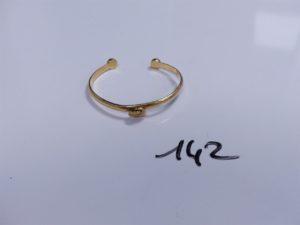 1 Bracelet en or rigide ouvert orné d'une pampille à décor d'un coeur, intérieur gravé (Diamètre 5cm). PB 14,6g