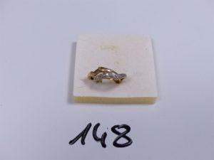 1 Bague en or bicolore ornée de petits diamants (Td46). PB 4,2g